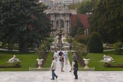 De tuinen van het Dolmabahcepaleis, Istanboel Stock Afbeeldingen
