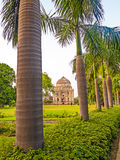 De Tuinen van Lodi Het Islamitische Graf (Bara Gumbad) plaatste in gemodelleerde garde Royalty-vrije Stock Afbeelding