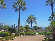 De tuinen van Monte Carlo met schaduwrijke stegen, toneelfonteinen en verse lucht stock afbeelding