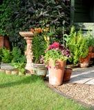 De tuingebied van het terras met Vogelbad Stock Afbeeldingen