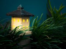 De tuinlamp glanst in dark De Tuinlamp van de huisvorm Het Materiaal van de steenlantaarn Stock Afbeeldingen