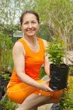 De tuinman van de vrouw met spruiten stock fotografie