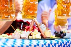 De tuinrestaurant van het bier - bier en snacks royalty-vrije stock afbeeldingen