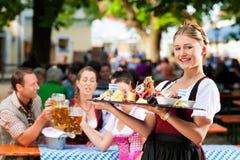 De tuinrestaurant van het bier - bier en snacks stock afbeeldingen