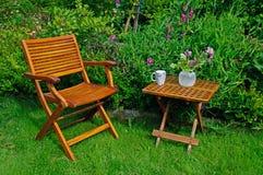 De tuinstoel en lijst van het hardhout Royalty-vrije Stock Fotografie