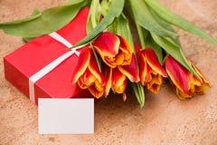 De tulpen en de giftdoos op cork vloer stock fotografie