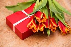De tulpen en de giftdoos op cork vloer stock afbeelding