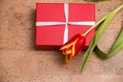 De tulpen en de giftdoos op cork vloer stock afbeeldingen