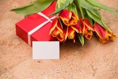 De tulpen en de giftdoos op cork vloer royalty-vrije stock fotografie