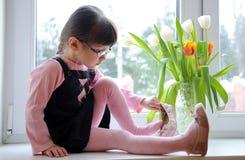 De tulpen van het meisje wiyh Stock Afbeelding