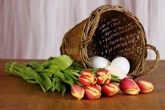 De tulpenboeket en eieren van de lente Stock Afbeeldingen