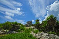 De Tulum-tempel zit hoog op een rotsachtige klip Stock Fotografie