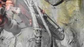 De tunnel van de boormachines van de goudwinningsmijn stock videobeelden