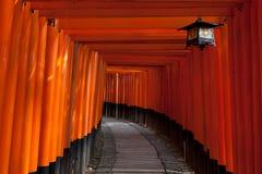 De tunnel van de poort bij het Heiligdom van Fushimi Inari - Kyoto, Japan Stock Fotografie