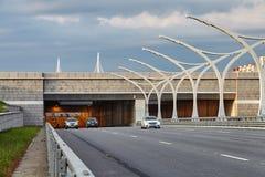 De tunnel van het auto'sverlof op snelweg in St. Petersburg stock afbeeldingen