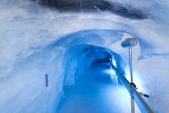 De tunnel van het gletsjerhol bij Onderstel Titlis Royalty-vrije Stock Afbeeldingen