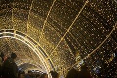 De tunnel van licht verfraait mooi op Kerstboomviering Stock Foto's