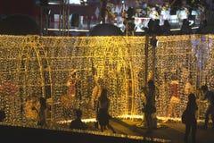 De tunnel van licht verfraait mooi op Kerstboomviering Stock Foto