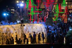 De tunnel van licht verfraait mooi op Kerstboomviering Stock Fotografie