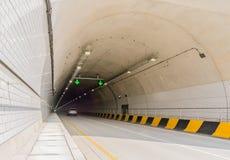 De tunnel van de twee steegweg van wit beton Stock Afbeeldingen