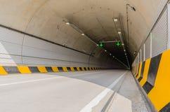 De tunnel van de twee steegweg van wit beton Stock Foto's