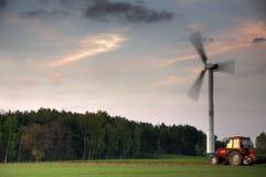 De turbine van de wind en tractor Royalty-vrije Stock Foto's