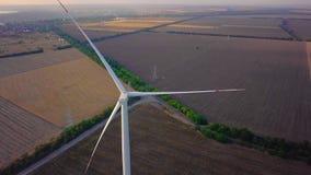De turbine van de satellietbeeldwind, windmolens op windpark gebied Het landbouwbedrijf van het windmolengras, Duurzame ontwikkel stock footage