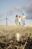 De turbines van de familie en van de wind, gloeilamp in de grond Stock Afbeeldingen