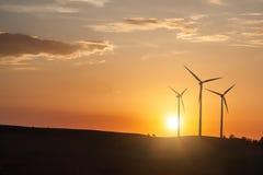 De Turbines van de Generator van de wind op Zonsondergang stock fotografie