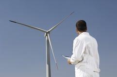 De turbines van de ingenieur en van de wind Royalty-vrije Stock Afbeeldingen
