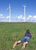 De turbines van de jongen en van de wind Stock Foto's
