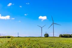 De Turbines van de wind en de Lijnen van de Macht Stock Foto