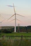 De turbines van de wind en elektriciteitspylonen Royalty-vrije Stock Afbeelding