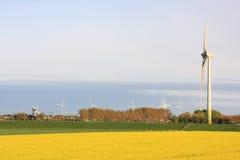 De turbines van de wind en oude windmolen Royalty-vrije Stock Afbeeldingen
