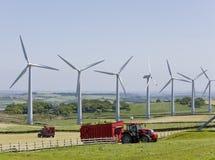 De turbines van de wind en tractoren Royalty-vrije Stock Fotografie
