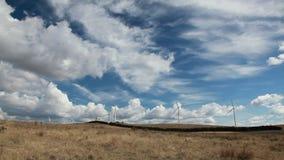 De turbines van de wind, geel gebied stock video