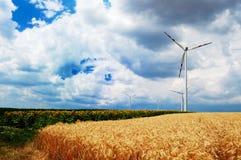 De turbines van de wind op een gebied Royalty-vrije Stock Afbeeldingen