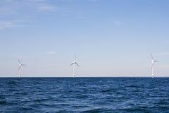 De turbines van de wind op een overzees Royalty-vrije Stock Afbeeldingen