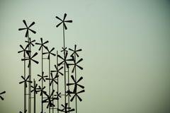 De turbines van de wind op groen gebied royalty-vrije stock afbeeldingen