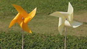 De turbines van de wind op groen gebied stock footage