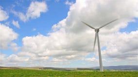 De turbines van de wind op groen gebied stock video