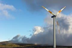 De turbines van de wind op groen gebied Stock Afbeeldingen
