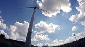 De turbines van de wind op groen gebied stock videobeelden