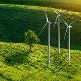 De turbines van de wind op groene weide stock foto