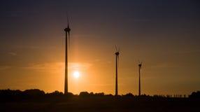 De turbines van de wind over zonsondergang Royalty-vrije Stock Afbeeldingen