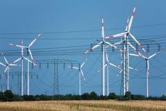 De turbines van de wind in sterke hittenevel (!) Royalty-vrije Stock Fotografie