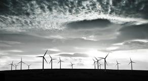 De turbines van de wind tegen dramatische wolken royalty-vrije stock fotografie