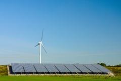 De turbines van de wind - zonnecellenelektrische centrale Stock Fotografie