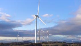 De turbines van de windenergie op blauwe hemelachtergrond, duurzame ecologische energieproductie stock footage