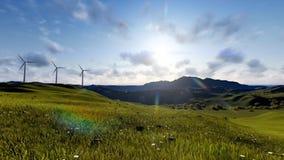 De turbines van de Windfarmwind op een groen landschap stock videobeelden